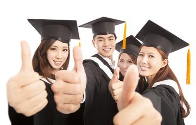 快乐集团研究生一起竖起大拇指